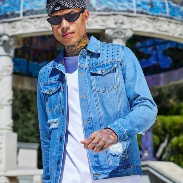 boohoo(ブーフー)メンズ アウター デニムジャケット Gジャン ジャケット ダメージ スタッズ ミッドブルー デニム メンズ 大きいサイズ インポート トレンド 20代 30代 40代 ファッション コーディネート オシャレ カジュアル アウトフィット フェス