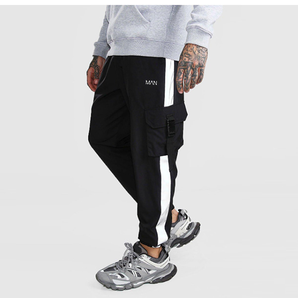 boohoo(ブーフー) パネル付き オリジナル MAN シェルバックル ジョ??ガー スウェットパンツ 大きいサイズあり 流行 最新 メンズカジュアル ファッション