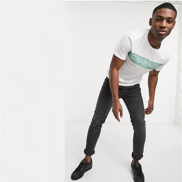 Calvin Klein ストライプ ロゴ Tシャツ ホワイト メンズ 20代 30代 40代 ファッション コーディネート 小さいサイズから大きいサイズまで オシャレ トレンド インポート トレンド