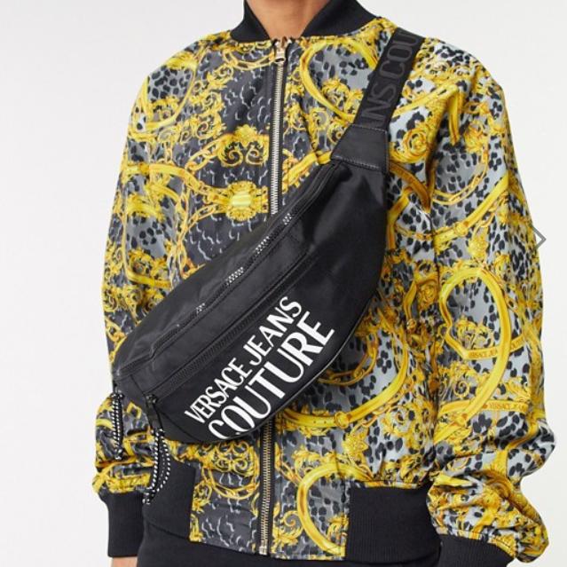 ブラック ヴェルサーチ ジーンズ クチュール ロゴ バム バッグ 20代 30代 40代 ファッション コーディネート  オシャレ トレンド インポート トレンド