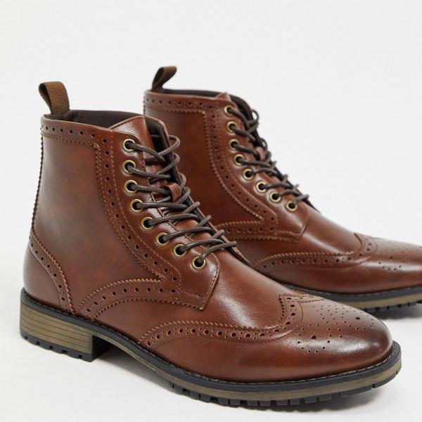 京都のセレクトショップdivacloset エイソス ASOS 開店記念セール asos DESIGNは ブラックソールにブラウンのフェイクレザーを使用したブローグブーツをひもで締めます メンズ 靴 業界No.1 小さいサイズから大きいサイズまで インポートブランド 男性