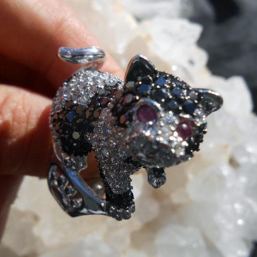 子猫指輪 ルビーの目をしたかわいいキャットリング ピュアスターリングシルバー(ロジウム加工)ジルコニア(キュービックジルコン)ステートメントリング!