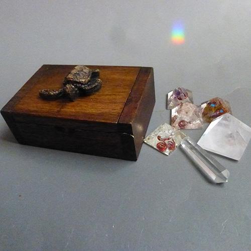 マニフェステーション Secret Box プレイヤー ミニオルゴナイトピラミッド4つ クリアクオーツピラミッド ミニクリアクオーツワンド ホログラム大天使メタトロンキューブ3Dプレート 木製ミニボックスセット