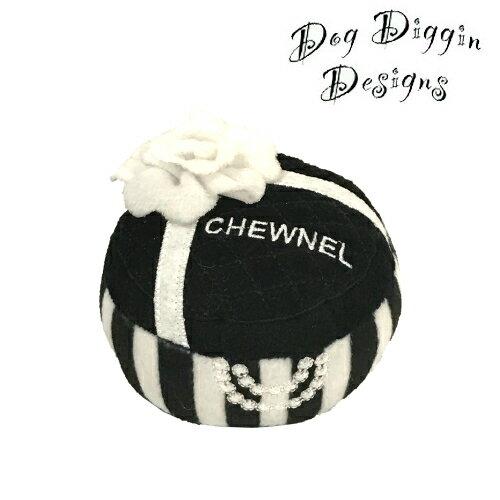 現金特価 7000円以上で送料無料 LAセレブに人気 プレゼントにもおすすめ Dog Diggin Designs Chewnel Gift 予約 モノトーン Toy Box 犬用インポートTOY ギフトボックス