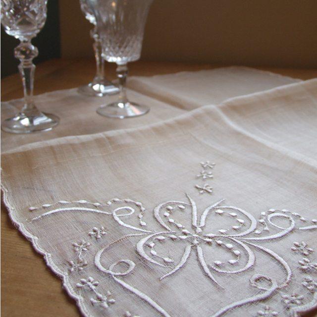 ピーニャ テーブルセンター クロス イギリス 食卓 食事 敷物 テーブル 母の日 ベージュ プレゼント ギフト 海外輸入 刺繍 お気に入 敬老の日 ダイニング 贈り物 パイナップル繊維