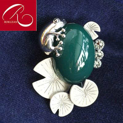 クーポン発行中  碌山  SVグリーンアゲートフロッグ ブローチ   かえるは縁起物として人気です 蓮の葉とカエル プレゼント アンティーク  送料無料 クリスマス