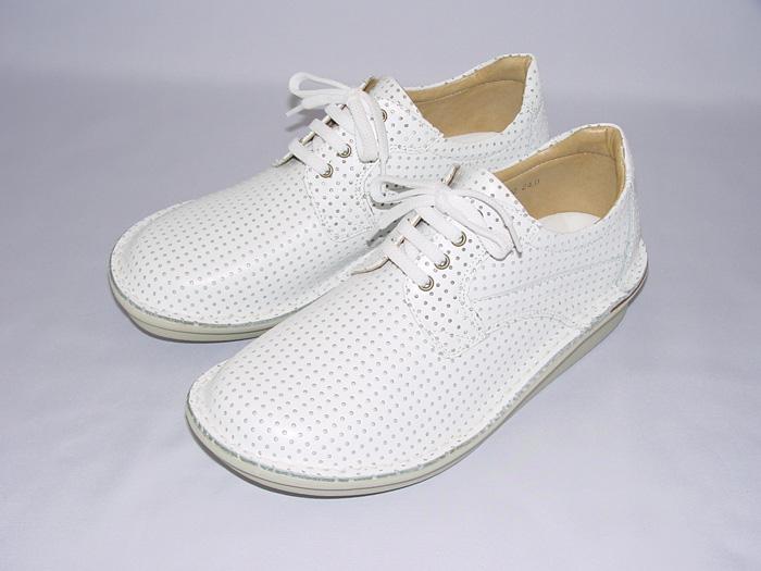 BL422(主に男性用)えこる特製牛革ハーブレザー使用。JIS規格準拠の足の骨格に合わせた靴の形状。パンチング加工はXY座標を管理した完全国内縫製。柔軟性・通気性・軽量化も実現。通年履けて雨・砂・ホコリも防げます。色展開も豊富。