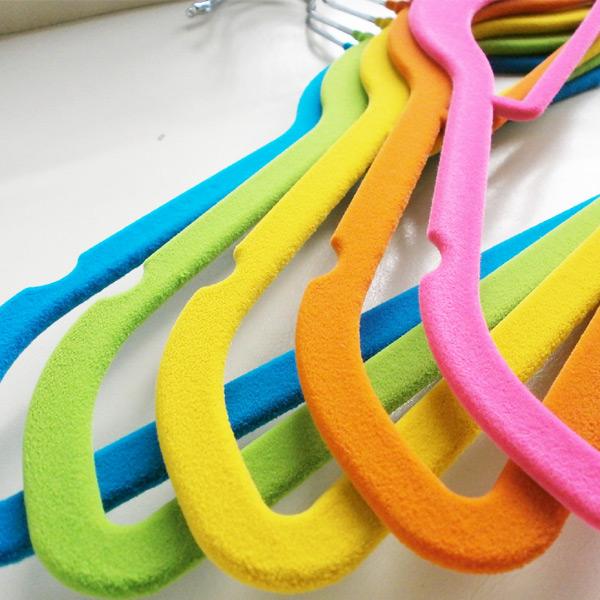 滑 20 苗条魔术衣架可用 10 种颜色