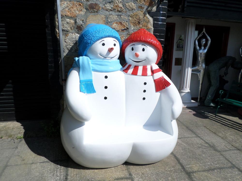 雪だるまと楽しく座れるベンチ ビッグフィギュアシリーズ スノーマンのベンチ 雪だるま サタクロース 等身大フィギュア 市場 期間限定で特別価格