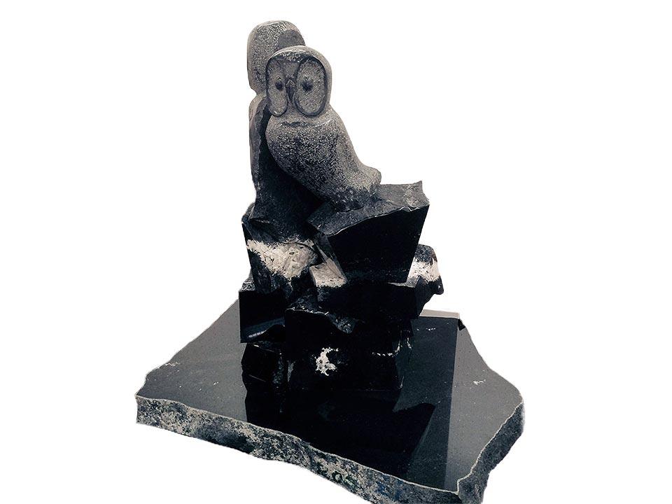 作品名「縁2015」 神永大輔作 福島県産黒御影石「浮金石」を使用して梟(ふくろう)を彫りました 高さ約140cm重さ900kg (フクロウと台座の合計) 送料別途見積り