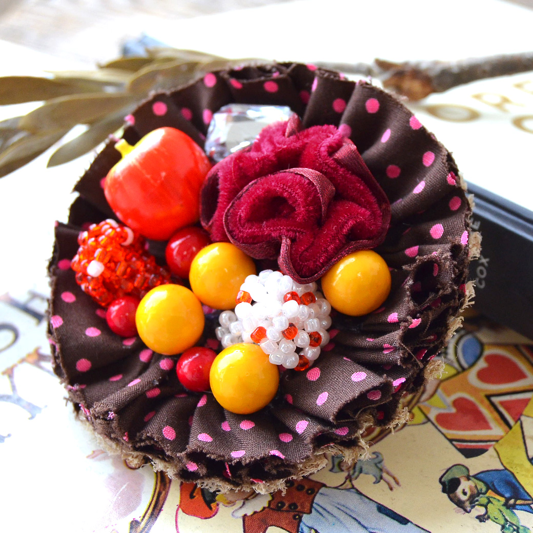 In the fairy tale will be ready to eat apples and mushrooms... cute! amulet original DrawString pouch brooch [aMulet apples and mushroom cupcake 2WAY brooch