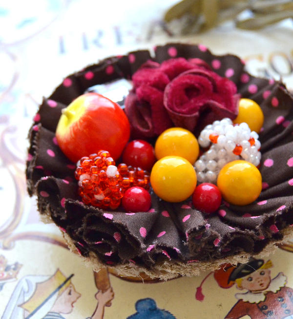 Cupcake 2WAY broach of broach ◆ aMulet apple and the mushroom with the drawstring purse porch of hair rubber ♪ amulet original which is cute in the fairy tale of an apple and the mushroom to want to eat at any moment