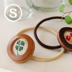 "I send happiness to you quietly! Hair accessories /fs3gm ◆ kanmi. (Kanmi) of the cowhide leather of four handmade writer ""Kanmi"" original leaf & cherries: Cross-stitching hair rubber [S]"