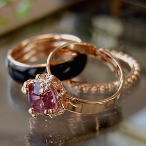 I decide the finger-tip like an adult neatly! The ring of the Swarovski crystal shining shiningly and the large ring of thin ring & glossy collar of the ball chain are arrangement freedom ◆ Lily lady triple rings with three set advantageous sets