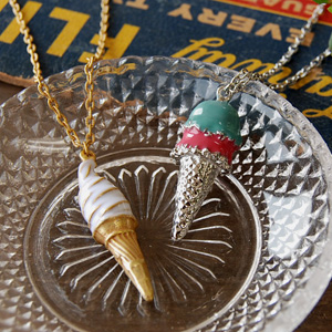 In the sweets motif which is kitschy in a pop as for the feeling in HAPPY! Appetizing food accessories ◆ 80'S ice cream pendant that good ice-cream cone & double ice cream became the pendant in summer
