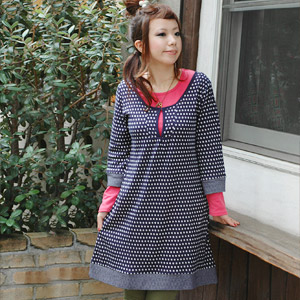 A dress of the feelings perfect score that a belt and a design of the chest treated by bell sleeve dress ♪ waist of polka dots to improve a Gurley degree remarkably are cute is fashion girl unmissable ◆ retro dot three-quarter sleeves dress