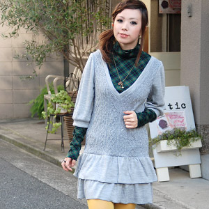 As for the Gurley knit dress that the sweetness is fragrant softly, cable knitting and a frill are decisive factors! Because a deeper V neck and balloon sleeve-like half-length sleeves finish it for the lady-like clothing; feminine-style is ◆ クリスピーティアードニ