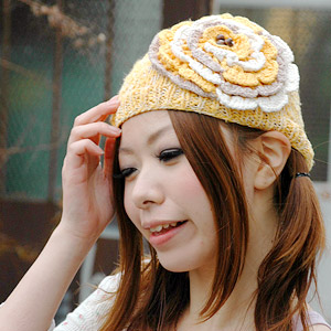 Great big flower is striking particularly eye-catching Hat! Decorated with wood bead in the center of the flower appear three-dimensional, natural, bigflowernitwatch ◆ happy flower knit Cap