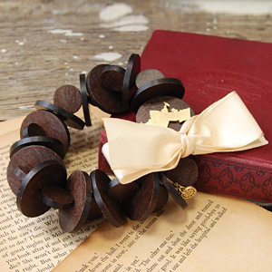 Wood parts were chic, and the bracelet like adult was magic of Little Red Riding Hood, too, and fairy tale & became romantic! Accessories ◆ deux bouton (Doe ブトン) made in Japan creating sweet めにお elegance with satin ribbon a little bit: Tea Peron roug