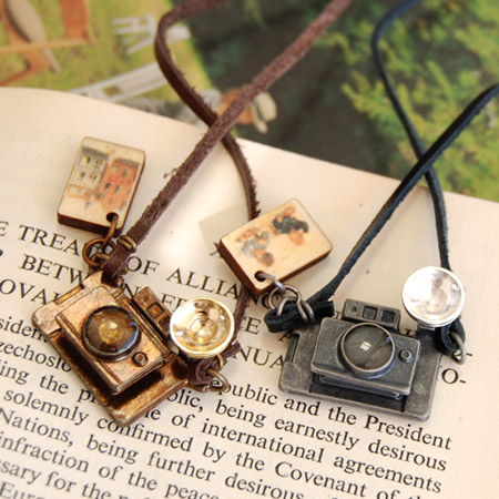 Camera necklace like a toy real retro atmosphere full of still smaller?! Pendant full of humor became a nostalgic landscape photographs and set with camera ◆ antique camera pendant