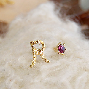 Feminine and delicate design appeal アルファベットピアス! 2-Piece set of handwritten character motif with gleaming and shiny Swarovski crystals ◆ ラフイニシャル earrings