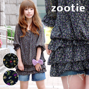 The black-based floret pattern dress which can enjoy slightly chic wearing in a style in spring! Three-quarter sleeves dress ◆ zootie (zoo tea) of the impression that ティアード of half-length sleeve puff sleeve and フリフリ is feminine: Evening flower chiffon fr