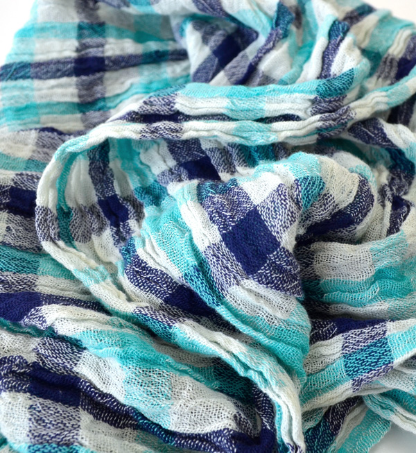 The UV protection! Check shawl decorated with any contact thermal sensation in addition to UV care! Lowers the refreshing cotton 100% gauze material ◆ UV ruffled gingham check cotton gauze scarf
