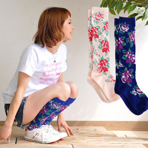 Change from feet first, now let's ♪ socks one change this code & I Ka. In bright colors with a classic touch rare large floral socks and knee-length and flower ◆ コフィーローズハイ socks