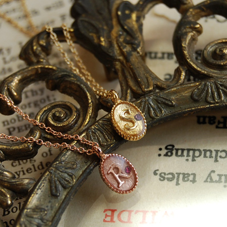 The delicate, delicate pendant which shut in antiqued alphabet and glass Stone! English letter Romaji jewelry yellow gold pink gold A M R S Y K Lady's ◆ zoule (ゾーラ): Rhinestone initial plate necklace