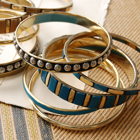 The bangle which buried studs in the bangle which I fitted a plate in. Five bracelet / bracelet / ethnic accessories ◆ studs rail bangle sets that five were set which vary in the kind that I want to change to coordinates