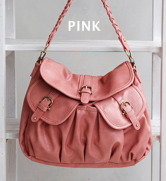 It is the multi-bag with the large-capacity flapped pocket of the form plumply. Take a slant at commuting / attending school ◎ 合皮鞄斜; shawl ◆ Legato Largo (legato largo): Gathers pocket glossy gross 2WAY shoulder bag