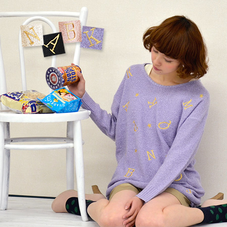 Gold Roman alphabet pattern embroidery, point spring sweaters. Uneven feel somewhat understated Boucle knit material. In early spring can be used only a thick light wear ♪ loose drop shoulder long pullover / women's / long sleeved ◆ alphabet embroidery ブ