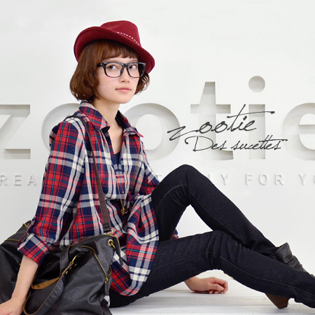 The V neck pullover shirt which is a lady showing a face rotation clearly. Checked pattern cotton shirt ◆ Zootie (zoo tea) of adult who can dress ゆるっと well: A chisel! Arnold tartan check skipper shirt tunic