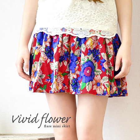 Resort feel with plenty of large floral with colours ♪ plenty of fabric is used and invented the flare of a rich put the tack of the wide mini-length skirt and short-length and box pleated ◆ ヴィヴィッドフラワーフレアミニスカート