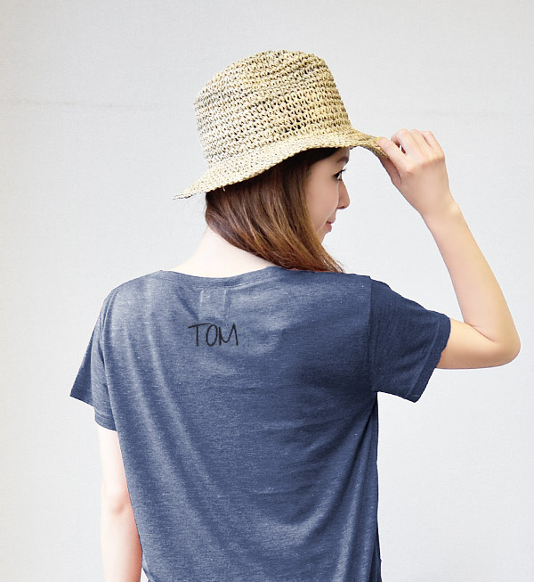 "Are you ""TOM"" group? Is it ""HOLLY"" group? It is the design with the sense of fun by the initial print of the casual back print and breast pocket. Simple Tee/fs3gm ◆ Factor= (factor equal sign) initial pocket V neck T-shirt of the drop"