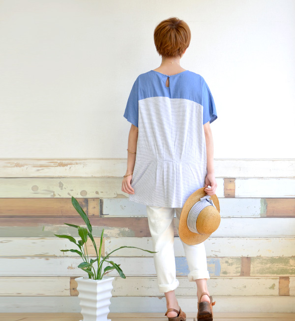 In the chest well bright chambray switched on line x one-piece borders of different materials. Will working with feminine detailing West tack! / short sleeve / Dolman sleeve ◆ chambray × ファインボーダーウエストタックドルマンワンピース