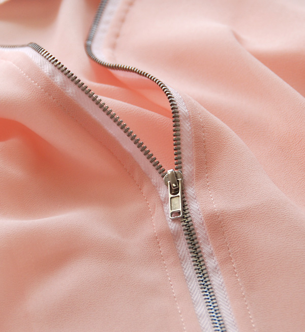 A lady's short length jacket using the loan material of refined translucency. For light outer / three-quarter sleeves /7 of cool comfort light visually of the ポ thin material sleeve ◆ rivet and surge (rivet and serge): Color loan zip up blouson