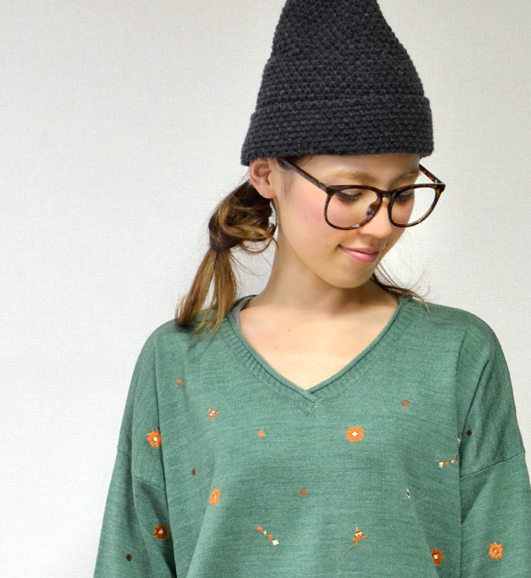 Tipi and Ortega's native handle is fully embroidered v-neck sweater. Inner out to a big success in the sloppy drop shoulder silhouette ◎ thin / long sleeve / women / knitwear / ◆ V-ネイティブステッチ light knit pullover over