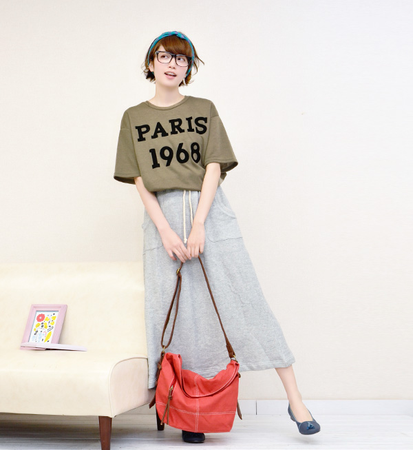 The logo that I wrote by flock print has a big impact! Short-sleeved T-shirt cut-and-sew Lady's short sleeves T-shirt logo print English letter logo Paris ◆ Zootie (zoo tea) of a rough silhouette sloppy moderately: 1968 PARIS dropped shoulder sleeve T-sh