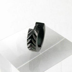 皆と少し違うモノが好きなアナタ オススメです ピアス ブラックカラー 彫りタイプ フープ型 逆V字連弾 ステンレス 安い [宅送] 激安 プチプラ 高品質 ステンレスピアス KP16005