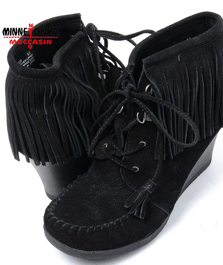 【送料無料】【18】【MINNETONKA】MINNETONKA Lace Up Fringe Wedge Boot BLACK SUEDE ミネトンカ レースアップ フリンジ ウエッジブーツ ブラック