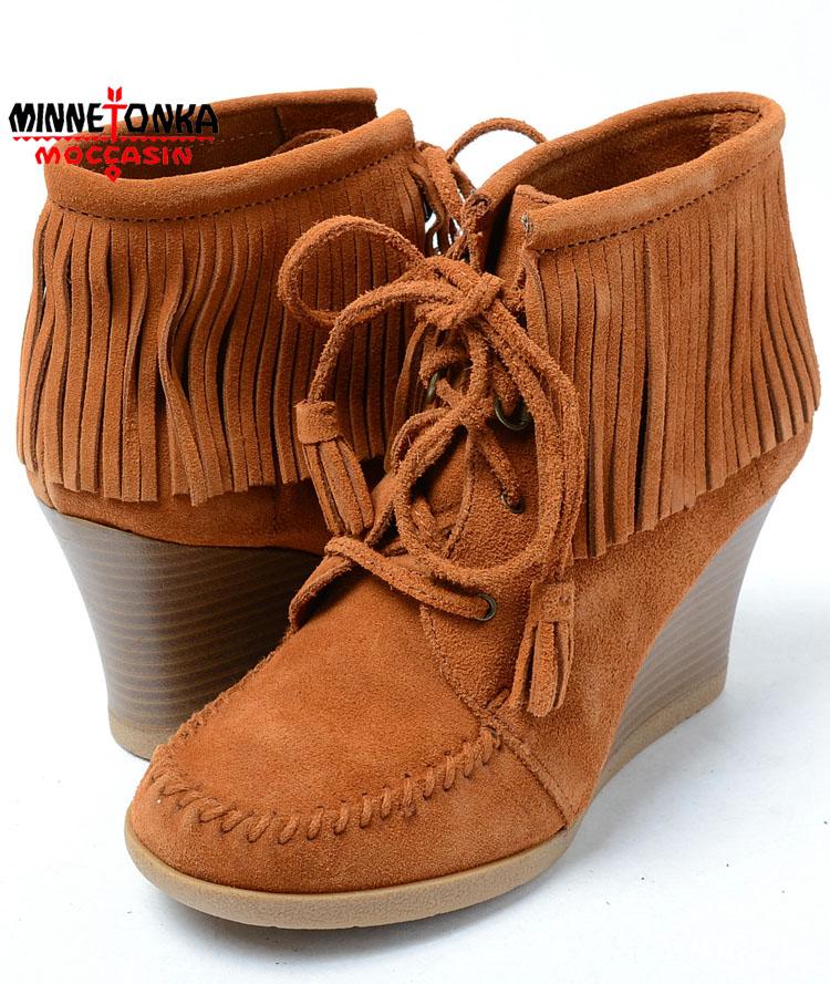 【送料無料】【MINNETONKA】【18】MINNETONKA Lace Up Fringe Wedge Boot BROWN SUEDE ミネトンカ レースアップ フリンジ ウエッジブーツ ブラウン