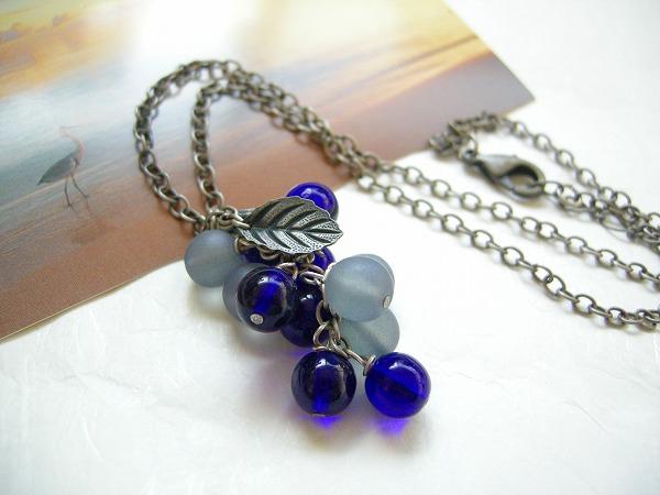 人気ブランド多数対象 チェコガラス 贈与 インクブルーの木の実のペンダント