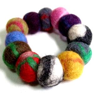 カラフルなフェルトのボールが連なったブレスレット 驚きの値段で アジアンアクセサリー アイテム勢ぞろい フェルトブレスレット