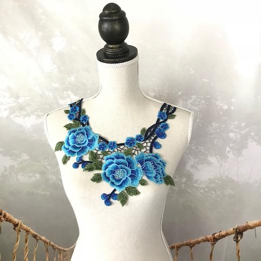 エレガントなブルーのバラ模様の襟モチーフになります モデル着用&注目アイテム お気にいる 襟レース バラ モチーフ ブルー 青 パーツ ハンドメイド 装飾