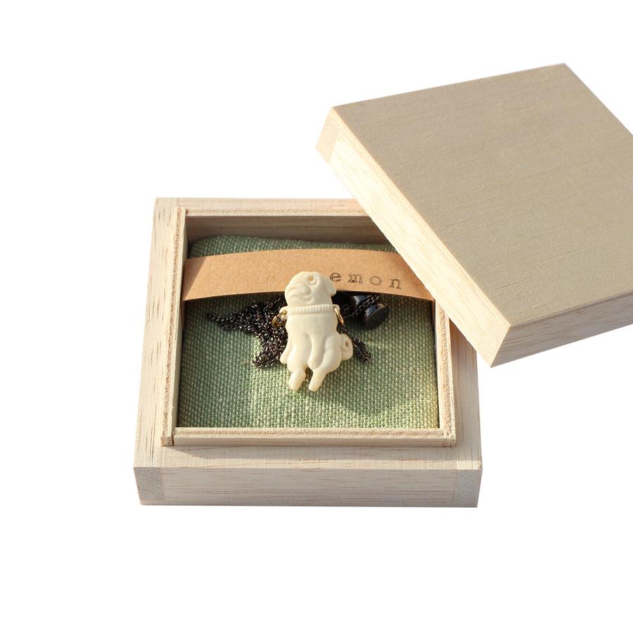 世界に1つだけのウチの子 鹿の骨という特殊な自然の形状物による同じものが世界に1つとないアクセサリー自分スタイルのネックレス おすわりパグ シリーズ 手彫りの逸品 正規認証品 新規格 emon パグ アクセサリー 職人 手彫り 手作り ハンドメイド 人気 逸品 国内在庫 鹿 可愛い プレゼント オーガニック 犬 エコ ネックレス ブランド 世界に1つ フェアトレード 雑貨 ガール 狩猟 誕生日 グッズ ギフト