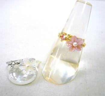 流行 小さなシェルで作ったお花にちょこんと付いた真ん中のパールが最高にかわいい ワンコイン 500円セール 小花シェル2連リング 人気の製品 返品不可 キャンセル
