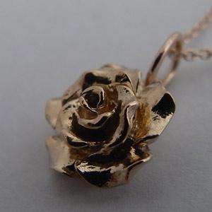 ペンダントネックレス:ゴールド K18 ローズ バラ 薔薇 オーダー イニシャル:ネックレス アクセサリー レディース