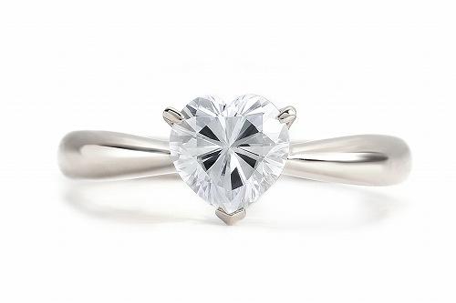 プラチナ モアッサナイト Forever One ハートカット リング(ダイヤモンド1.0ct / カラー:D-F / クラリティ:VS1-VS2 相当)、ダイヤモンドに次ぐ硬度とダイヤモンドを超える輝きを放つ人工宝石です。