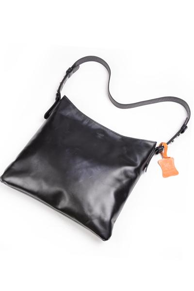 タスティング ニューアイテム「ブライトン」ユニセックス ショルダーバッグ イタリアンカーフスキン シューレザ ナチュラルワックス仕上 ブラック